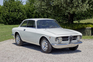 "Picture of 1967 Alfa Romeo Giulia 1300 GT Scalino (""step-nose"")"