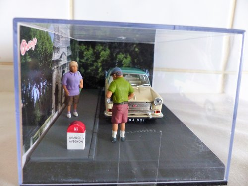 IXO/ALTAYA CASED 1:43 SCALE AUSTIN A55 IN DIORAMA For Sale (picture 2 of 6)