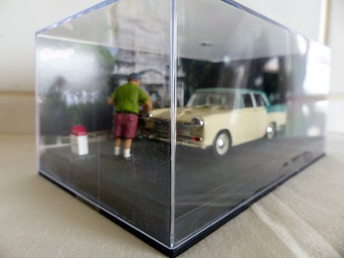 IXO/ALTAYA CASED 1:43 SCALE AUSTIN A55 IN DIORAMA For Sale (picture 6 of 6)