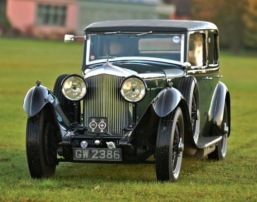 1931 Bentley 8.0 Litre Weyman Saloon by H.J. Mulliner For Sale (picture 1 of 6)