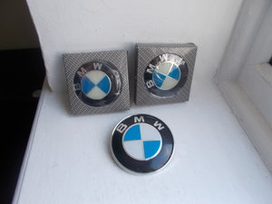 1980 BMW PLASTIC BONNET BADGE AND 2 WHEEL CAPS