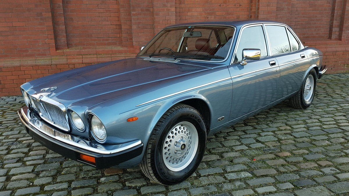1991 DAIMLER DOUBLE SIX RARE 5.3 V12 SERIES 3 WITH RED LEATHER SOLD (picture 1 of 6)