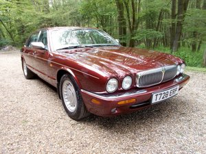 Picture of 1999 DAIMLER 4.0 V8 AUTO LWB  SOLD