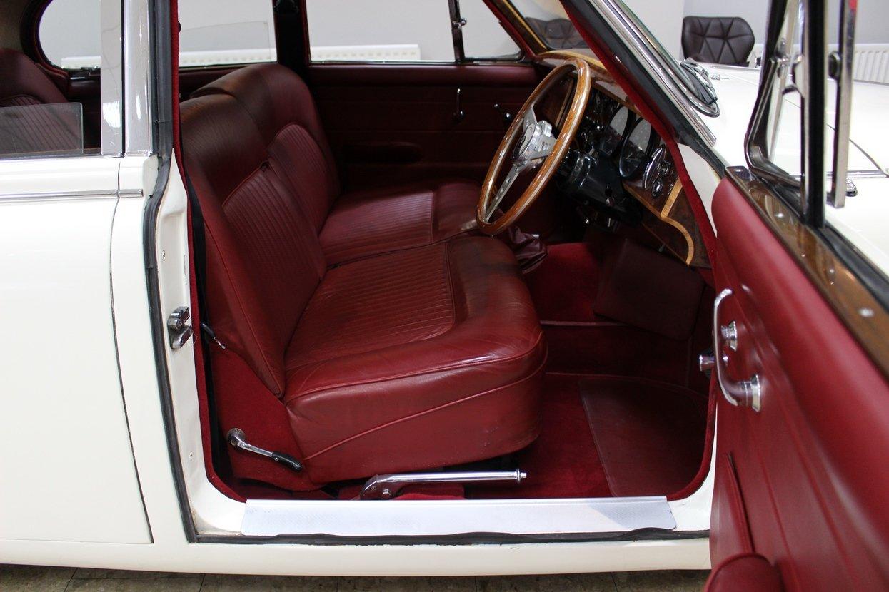 1968 Daimler 250 V8 Manual O/D | £40K Restoration & 1 Owner SOLD (picture 4 of 25)