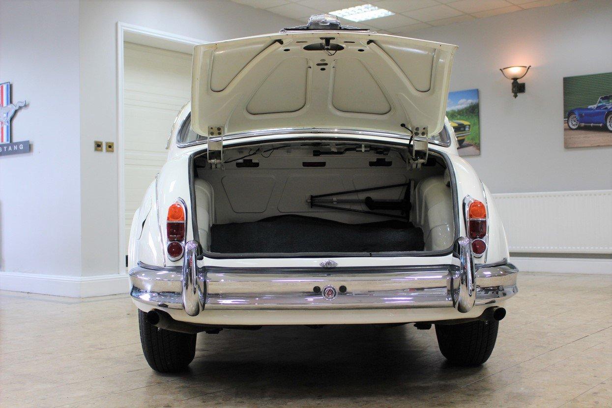 1968 Daimler 250 V8 Manual O/D | £40K Restoration & 1 Owner SOLD (picture 10 of 25)