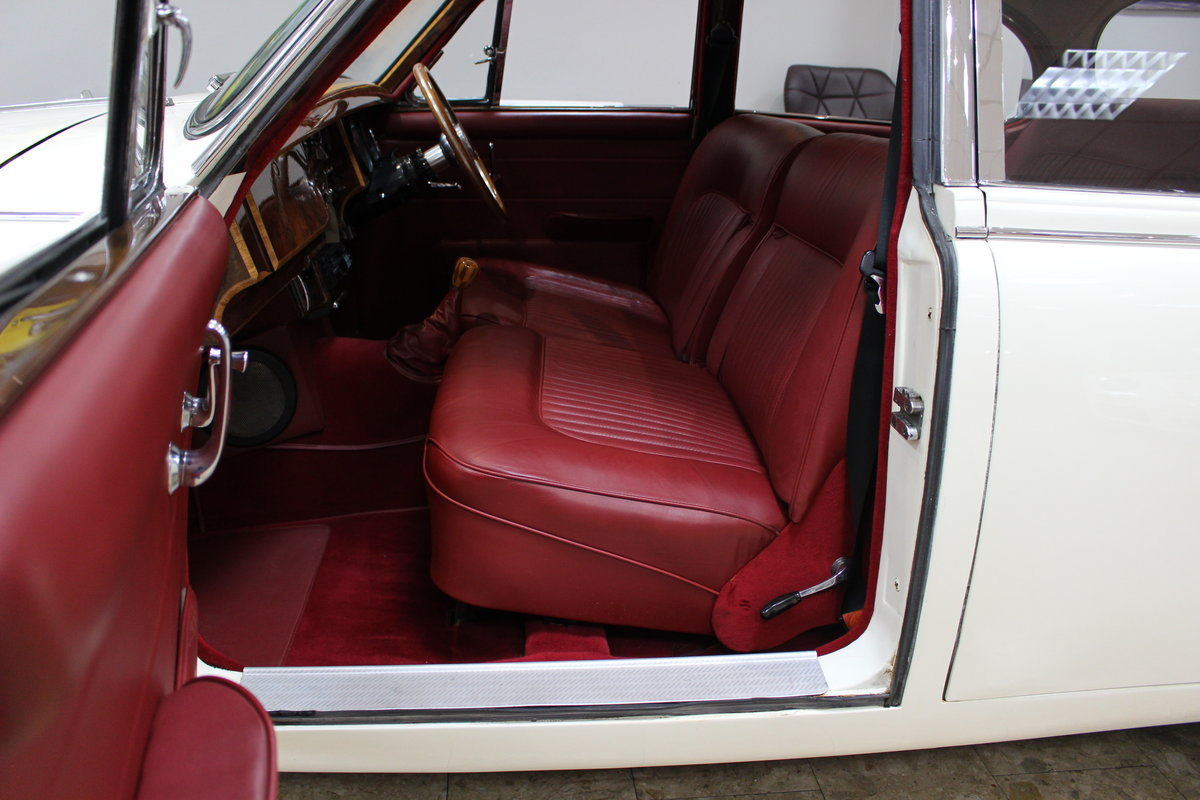 1968 Daimler 250 V8 Manual O/D | £40K Restoration & 1 Owner SOLD (picture 18 of 25)