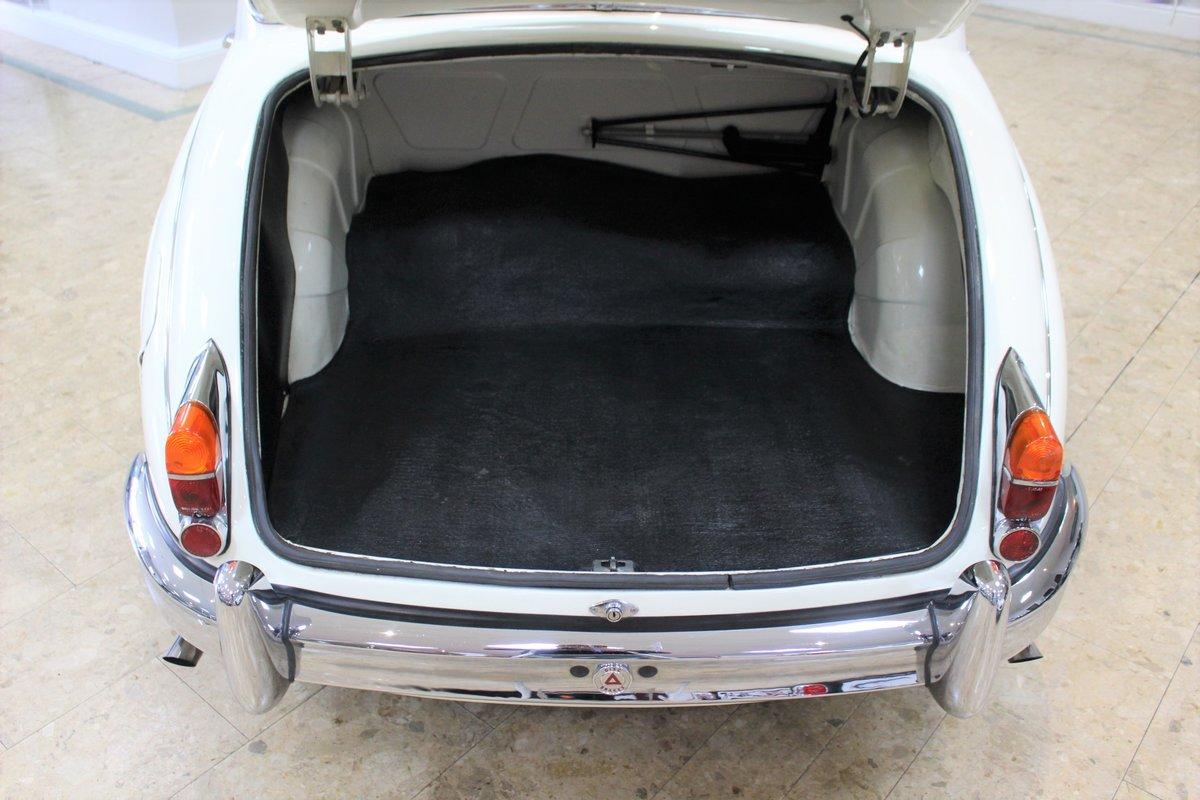 1968 Daimler 250 V8 Manual O/D | £40K Restoration & 1 Owner SOLD (picture 22 of 25)
