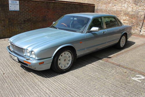 1996 Daimler Six LWB 4.0 AJ16 with over 100 photos online For Sale (picture 1 of 6)