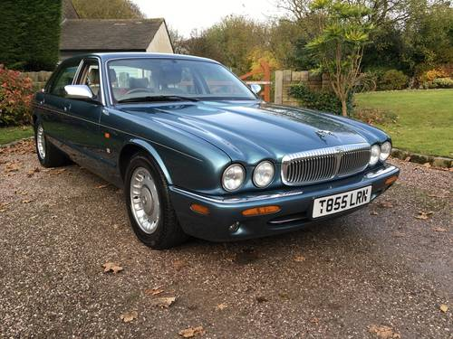 1999 Classic LWB Daimler 4.0 Auto For Sale (picture 1 of 6)
