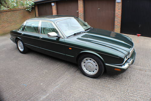 Daimler V8 LWB Sherwood Green with Ivory leather.  For Sale (picture 1 of 6)