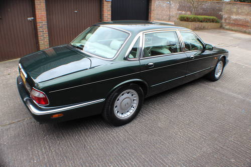 Daimler V8 LWB Sherwood Green with Ivory leather.  For Sale (picture 2 of 6)