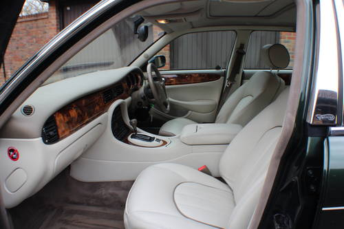 Daimler V8 LWB Sherwood Green with Ivory leather.  For Sale (picture 4 of 6)