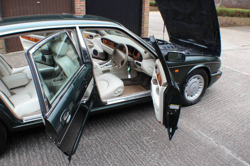 Daimler V8 LWB Sherwood Green with Ivory leather.  For Sale (picture 6 of 6)