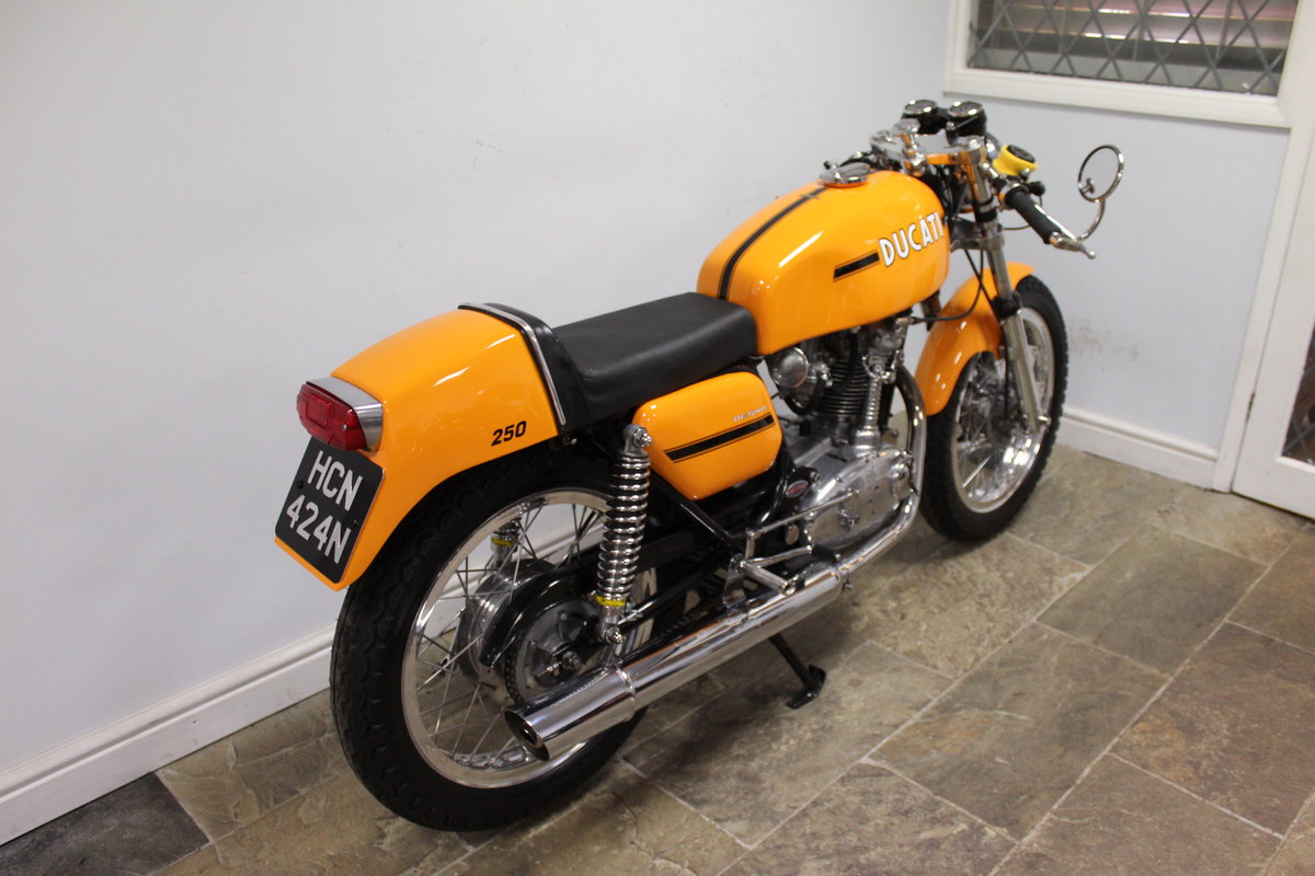 1975 Ducati 250 cc Desmo Single Cylinder Italian Lightweight SOLD (picture 4 of 6)