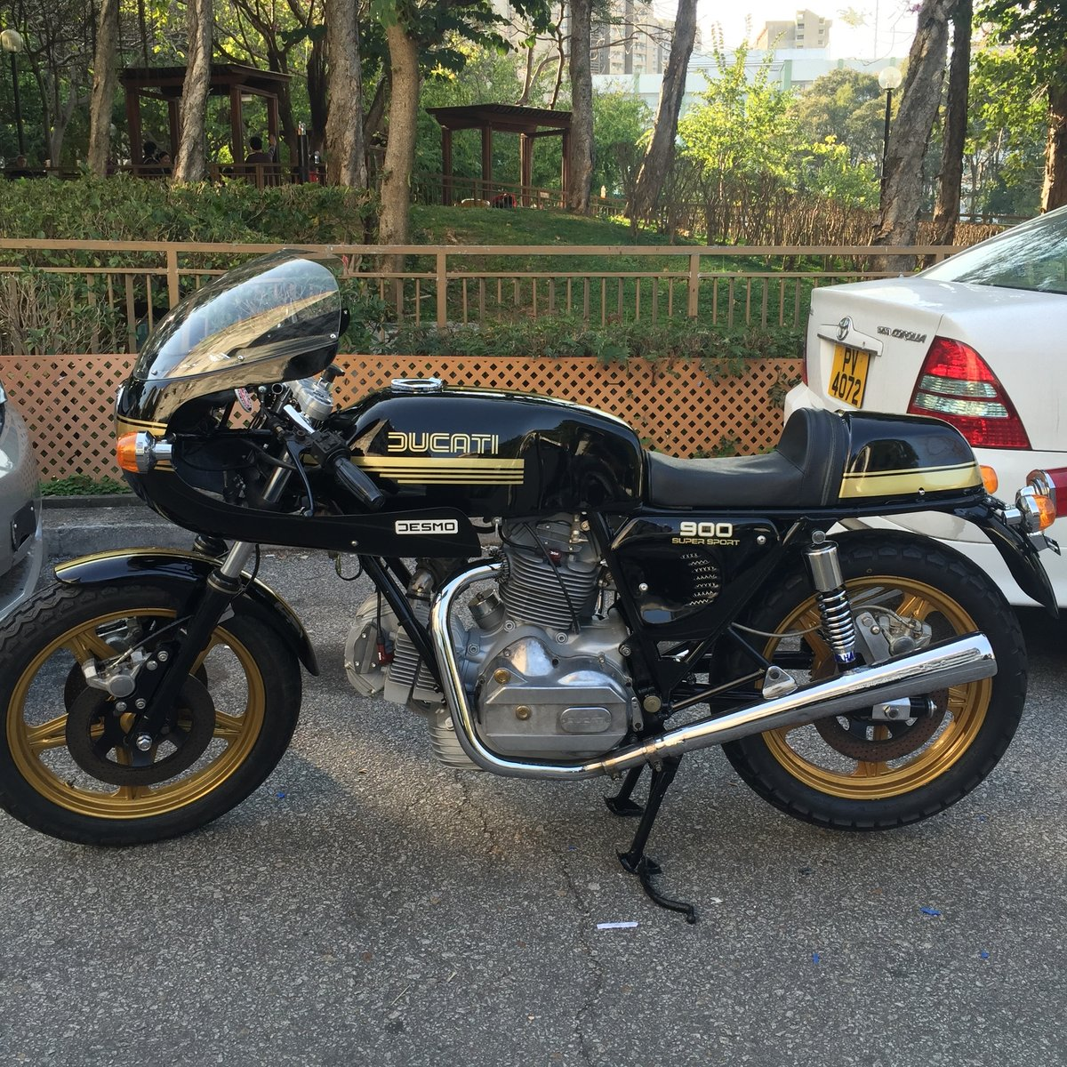 1978 Ducati 900SS Black/ Gold VERY RARE LOW MILAGE For Sale (picture 4 of 6)