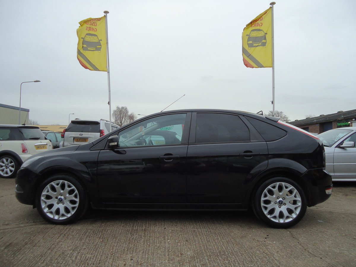 2010 STUNNING PANTHER BLACK FOCUS ZETEC WITH APPEARANCE PACK For Sale (picture 2 of 5)