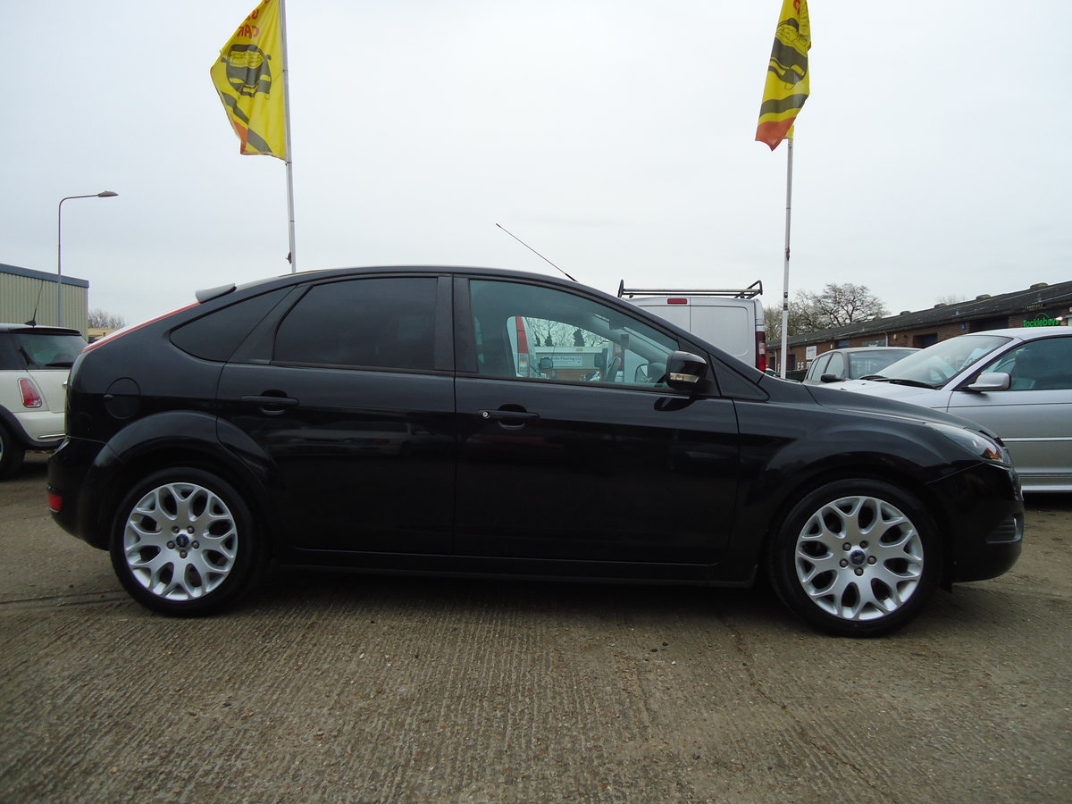 2010 STUNNING PANTHER BLACK FOCUS ZETEC WITH APPEARANCE PACK For Sale (picture 3 of 5)