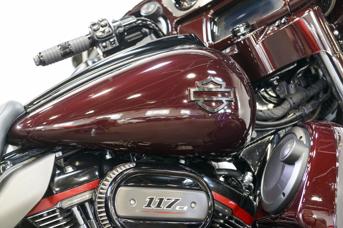 2018 Harley Davidson CVO FLHXSE Street Glide only 460 miles For Sale (picture 2 of 6)