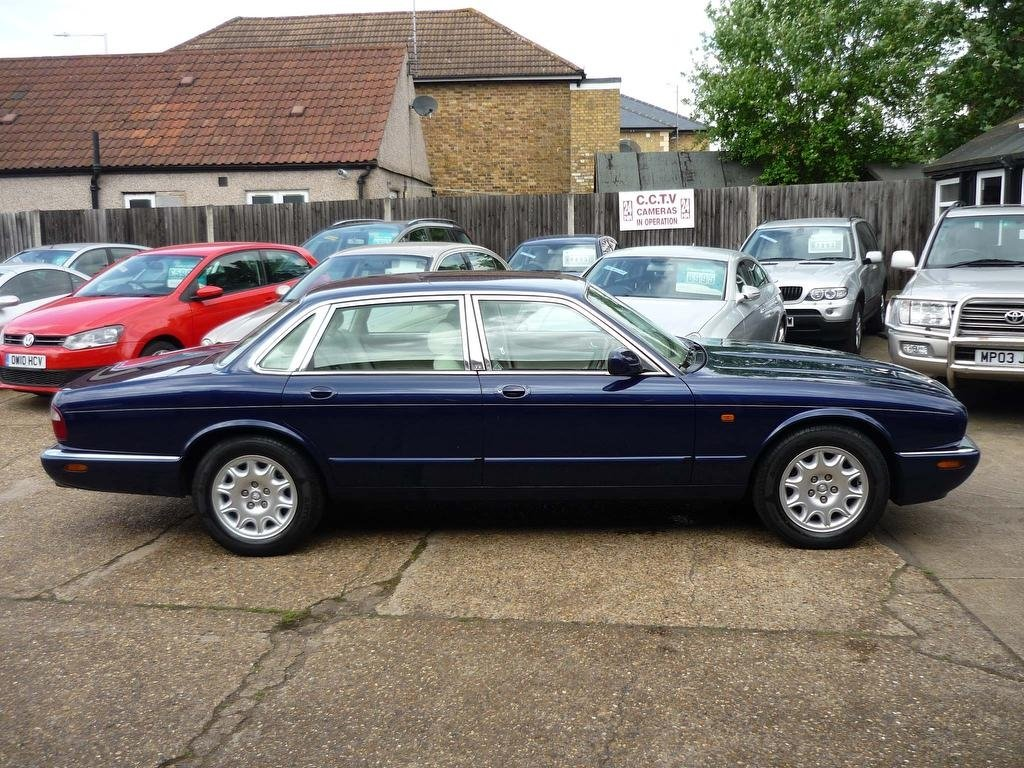 2000 JAGUAR XJ 4.0 V8 SALOON  ONLY 30,000 MILES FROM NEW  For Sale (picture 1 of 5)