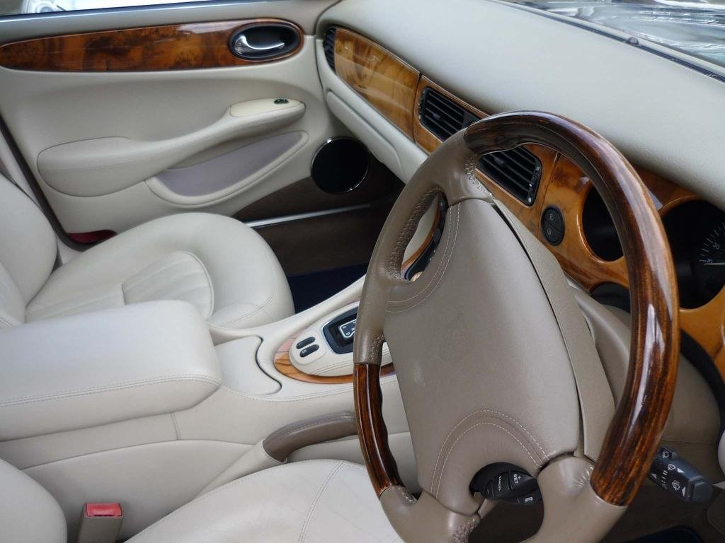 2000 JAGUAR XJ 4.0 V8 SALOON  ONLY 30,000 MILES FROM NEW  For Sale (picture 2 of 5)