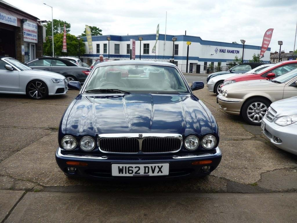 2000 JAGUAR XJ 4.0 V8 SALOON  ONLY 30,000 MILES FROM NEW  For Sale (picture 3 of 5)