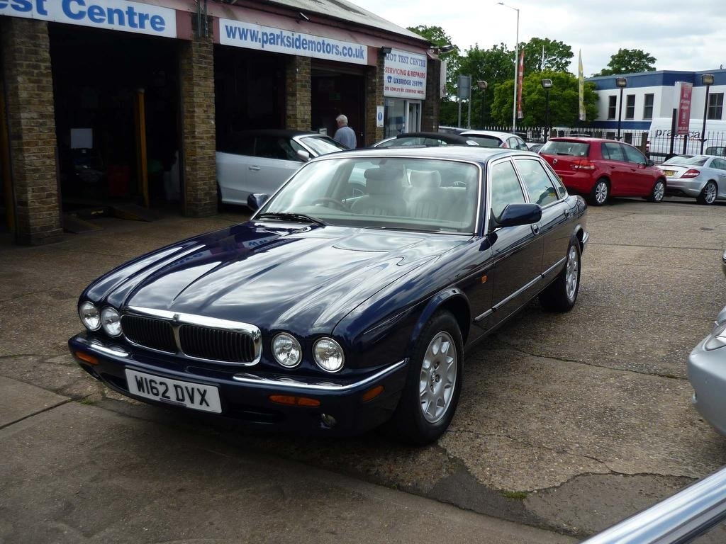 2000 JAGUAR XJ 4.0 V8 SALOON  ONLY 30,000 MILES FROM NEW  For Sale (picture 4 of 5)