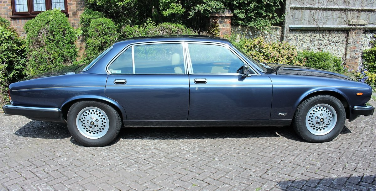 1989 Jaguar XJ12 Sovereign Blue For Sale (picture 1 of 6)