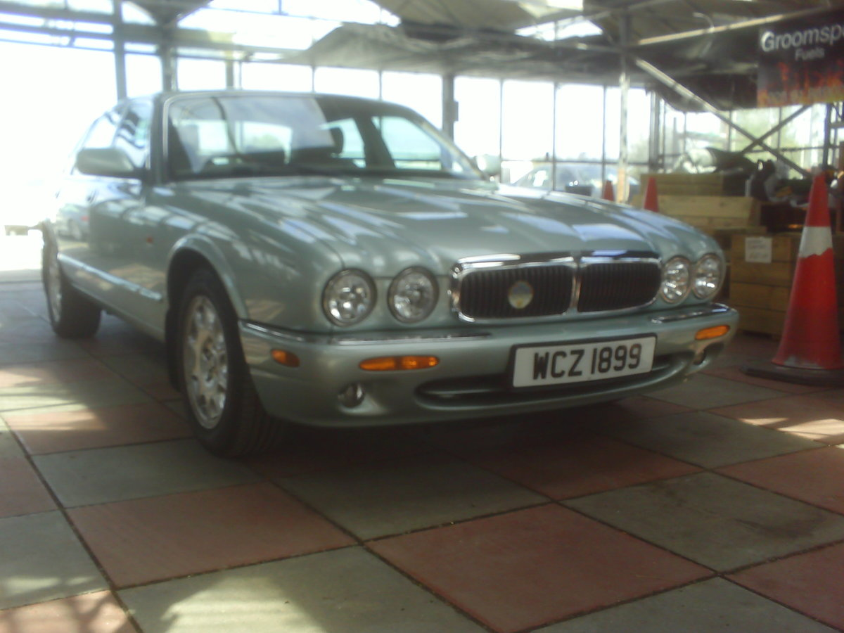 2001 JAGUAR XJ8 STUNNING LOW MILEAGE  SOLD (picture 1 of 6)