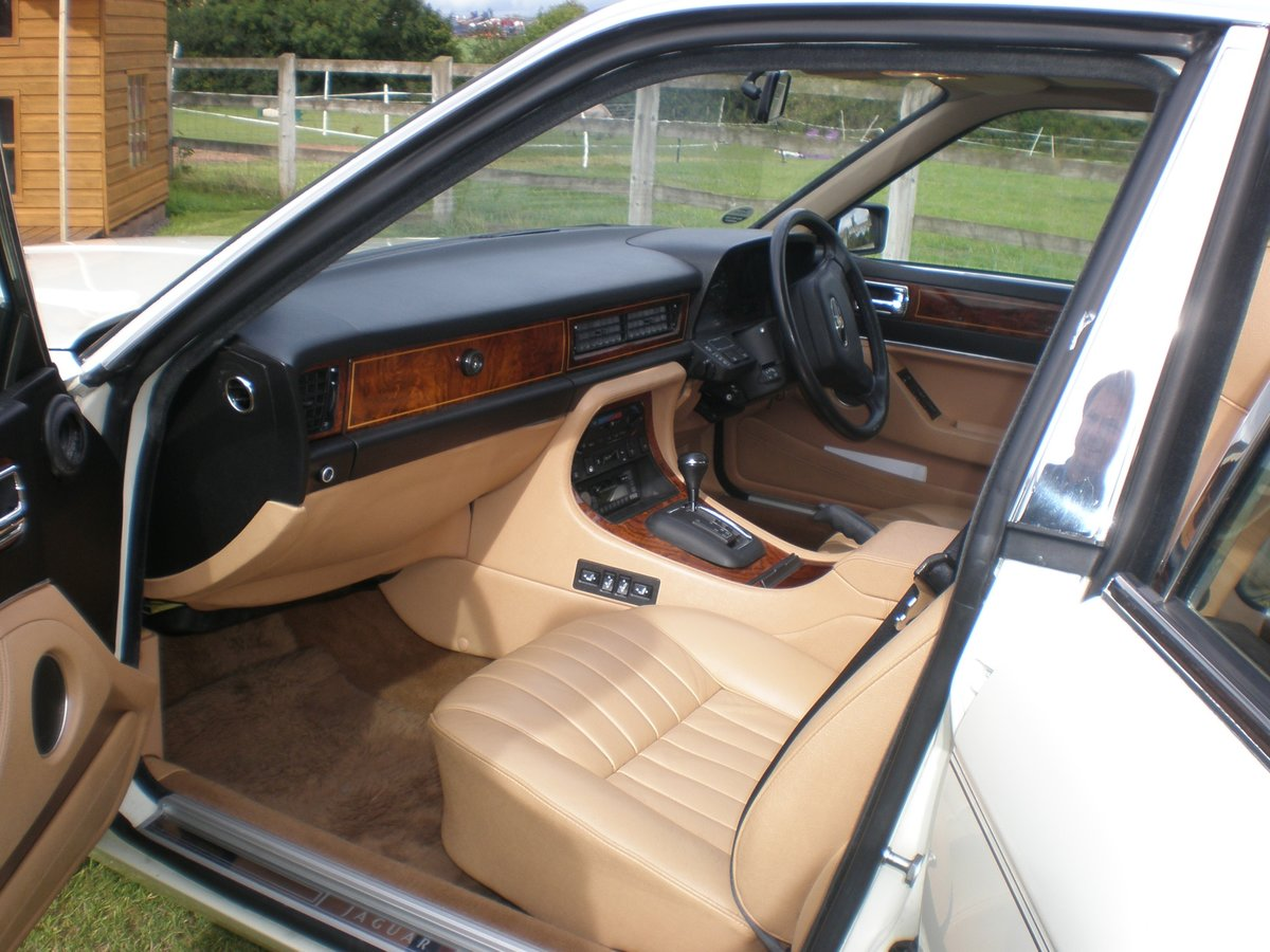 1987 Jaguar XJ40 Sovereign 3.6, 37k miles from new For Sale (picture 2 of 6)