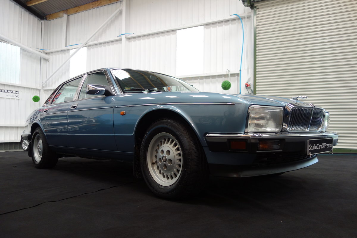 1991  Jaguar XJ40 4.0 Sovereign Immaculate condition 29'000 miles For Sale (picture 4 of 5)