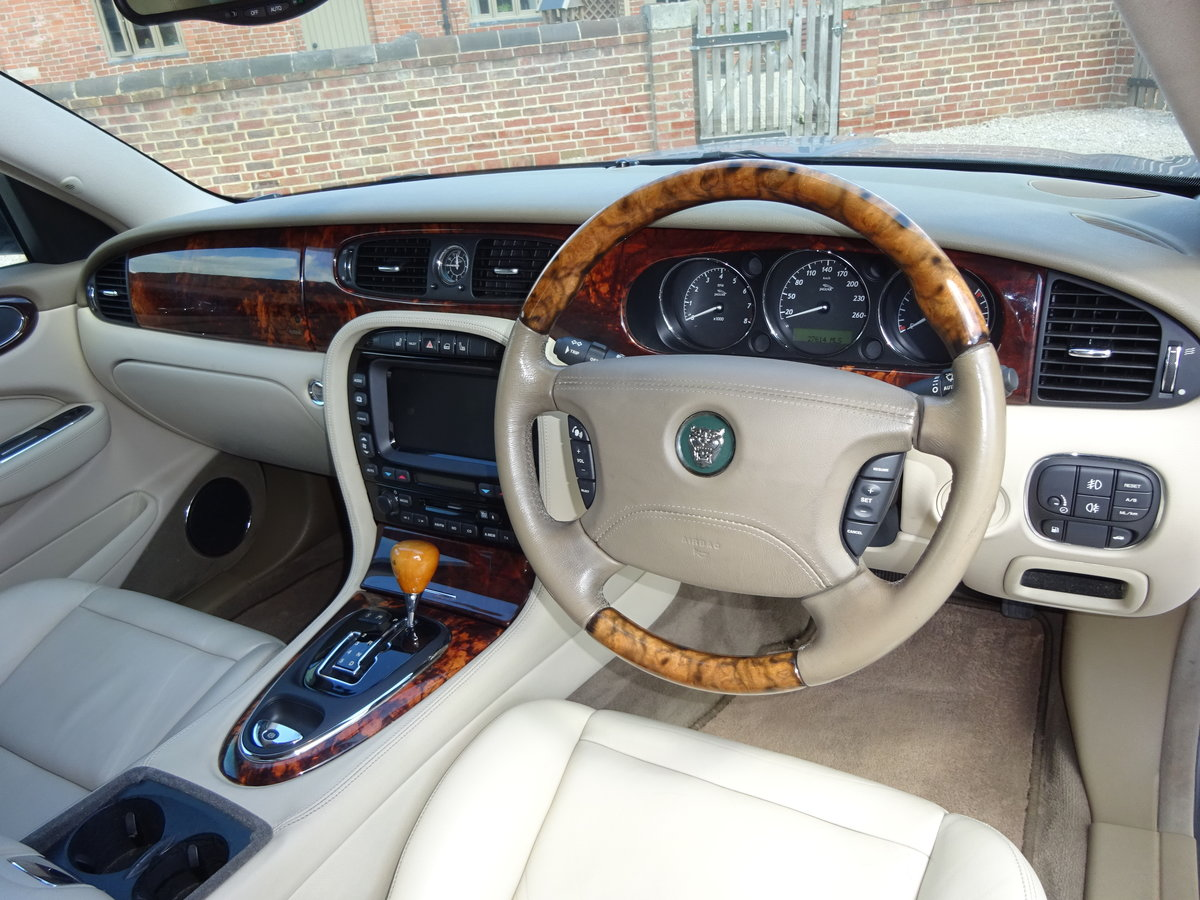 JAGUAR XJ8 SE 3.5 X350 2004 27K MILES FROM NEW 1 OWNER  For Sale (picture 2 of 6)