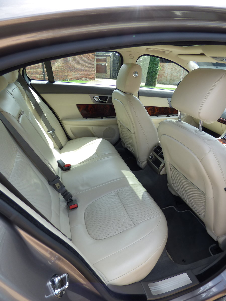 2009 Jaguar XF 3.0d Premium Luxury, SUNROOF, FSH, VGC For Sale (picture 5 of 6)
