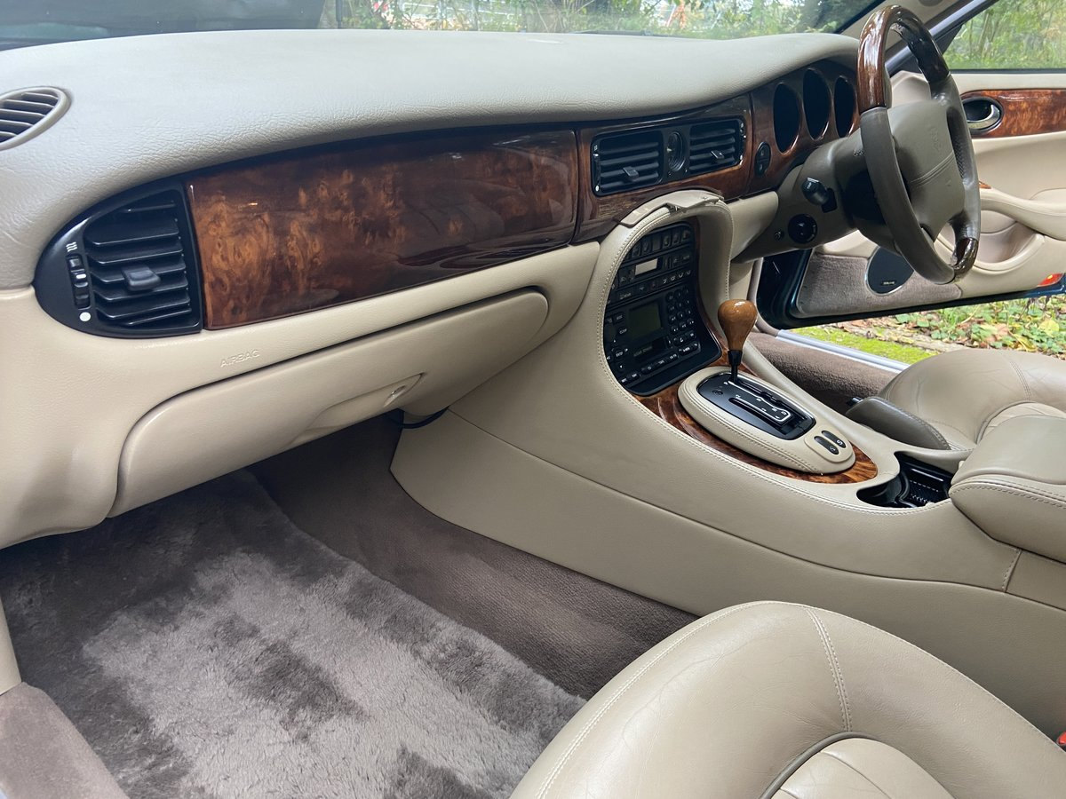 2001 Jaguar Sovereign 4.0 LWB '51' reg with only 39k miles  For Sale (picture 4 of 6)