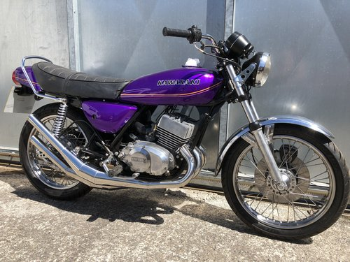 1977 KAWASAKI KH 400 TRIPLE STAGGERING UNFINISHED BIKE WITH V5 For Sale (picture 1 of 5)