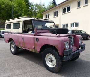 1973 Land Rover Series III, 2-door, red with beige hardtop