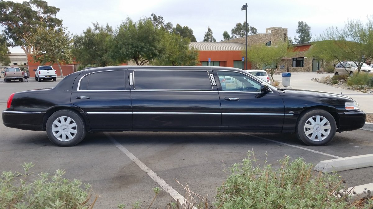 Lincoln Town car / Limousine. 2005 Executive series For Sale (picture 2 of 6)