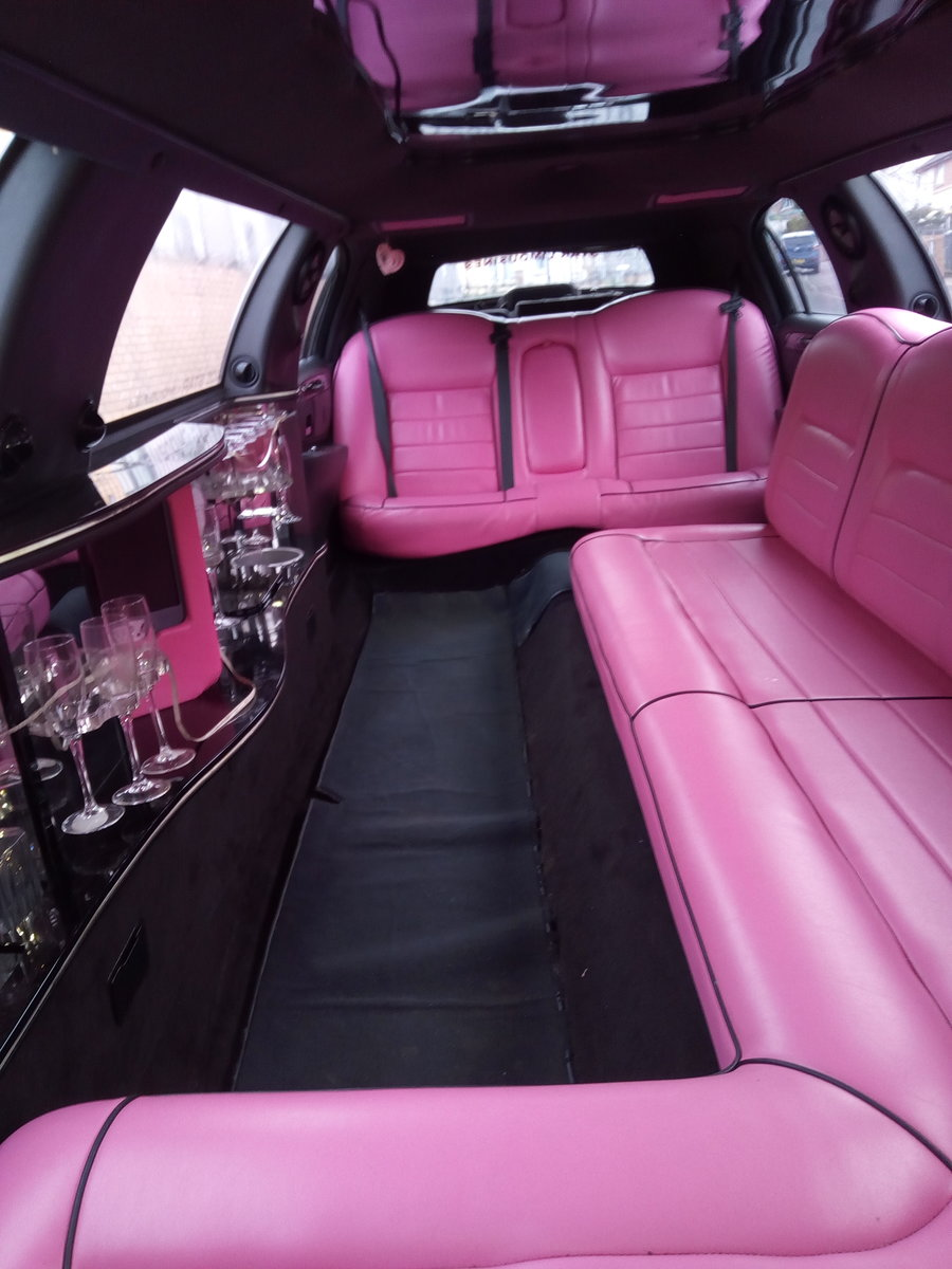 Beautiful pink Linciln Town Car 2000 For Sale (picture 2 of 6)