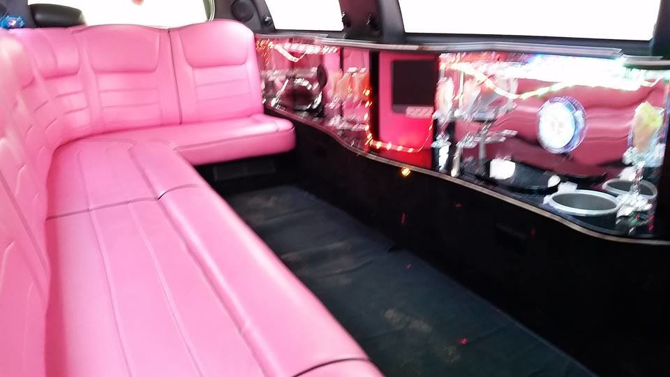 Beautiful pink Linciln Town Car 2000 For Sale (picture 4 of 6)