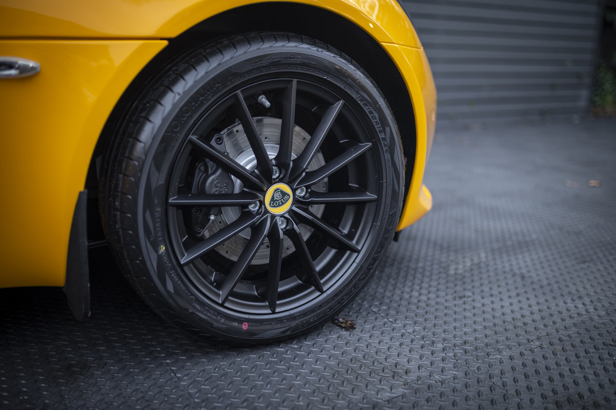 2020 YELLOW PAINTWORK WITH BLACK ALCANTARA INTERIOR For Sale (picture 23 of 24)
