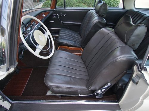 1968 Mercedes Benz 280SE Coupe manual gearbox and sunroof For Sale (picture 3 of 6)