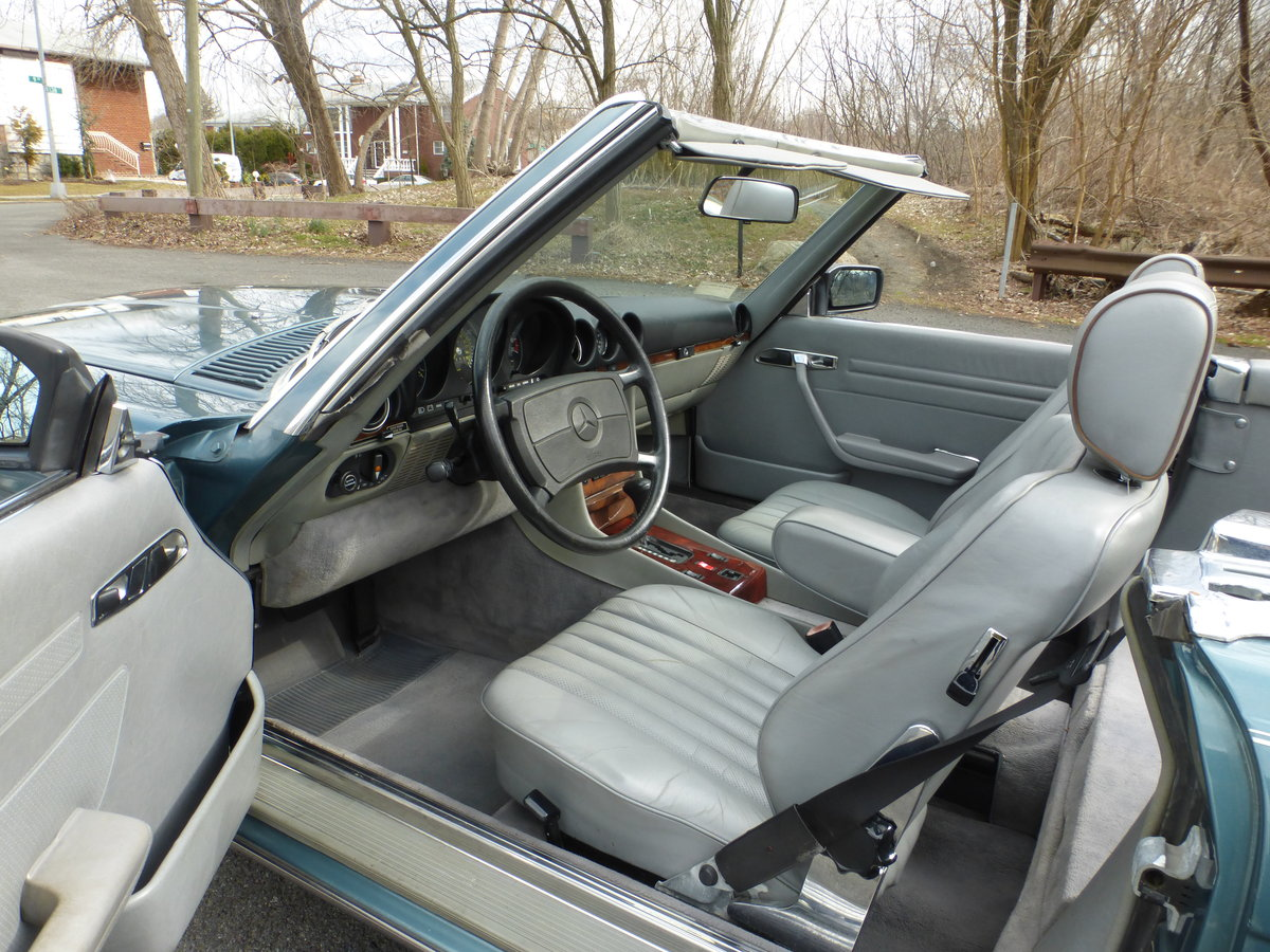 1986 Mercedes 560SL Low Miles Two Tops Good Mechanics - For Sale (picture 5 of 6)