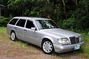 E320 24V Limited - Full Factory Options. 7 Seats.