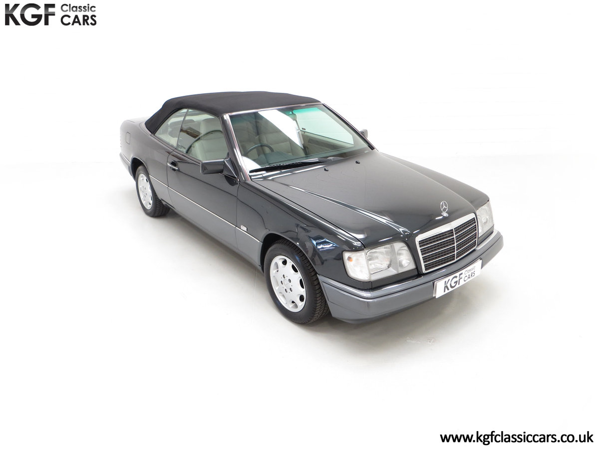 1994 An Exceptional Mercedes-Benz W124 E220 Cabriolet For Sale (picture 2 of 24)