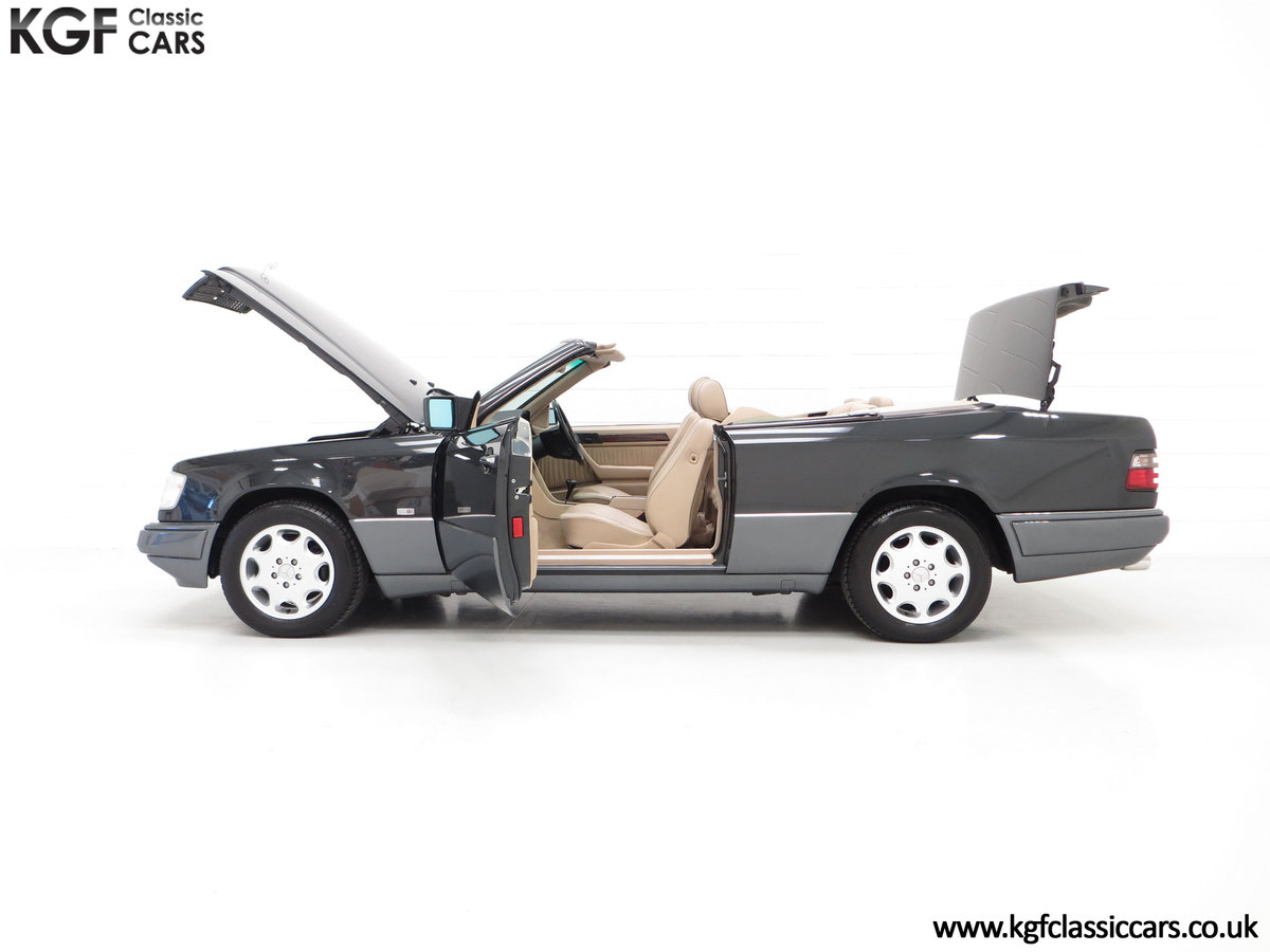 1994 An Exceptional Mercedes-Benz W124 E220 Cabriolet For Sale (picture 7 of 24)