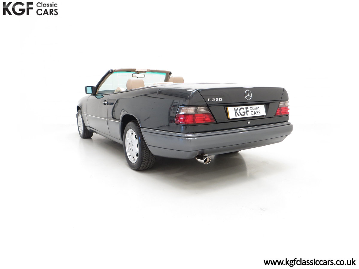 1994 An Exceptional Mercedes-Benz W124 E220 Cabriolet For Sale (picture 8 of 24)