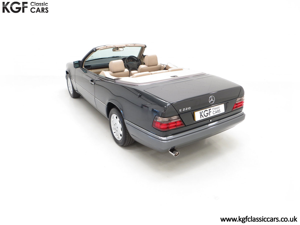 1994 An Exceptional Mercedes-Benz W124 E220 Cabriolet For Sale (picture 9 of 24)