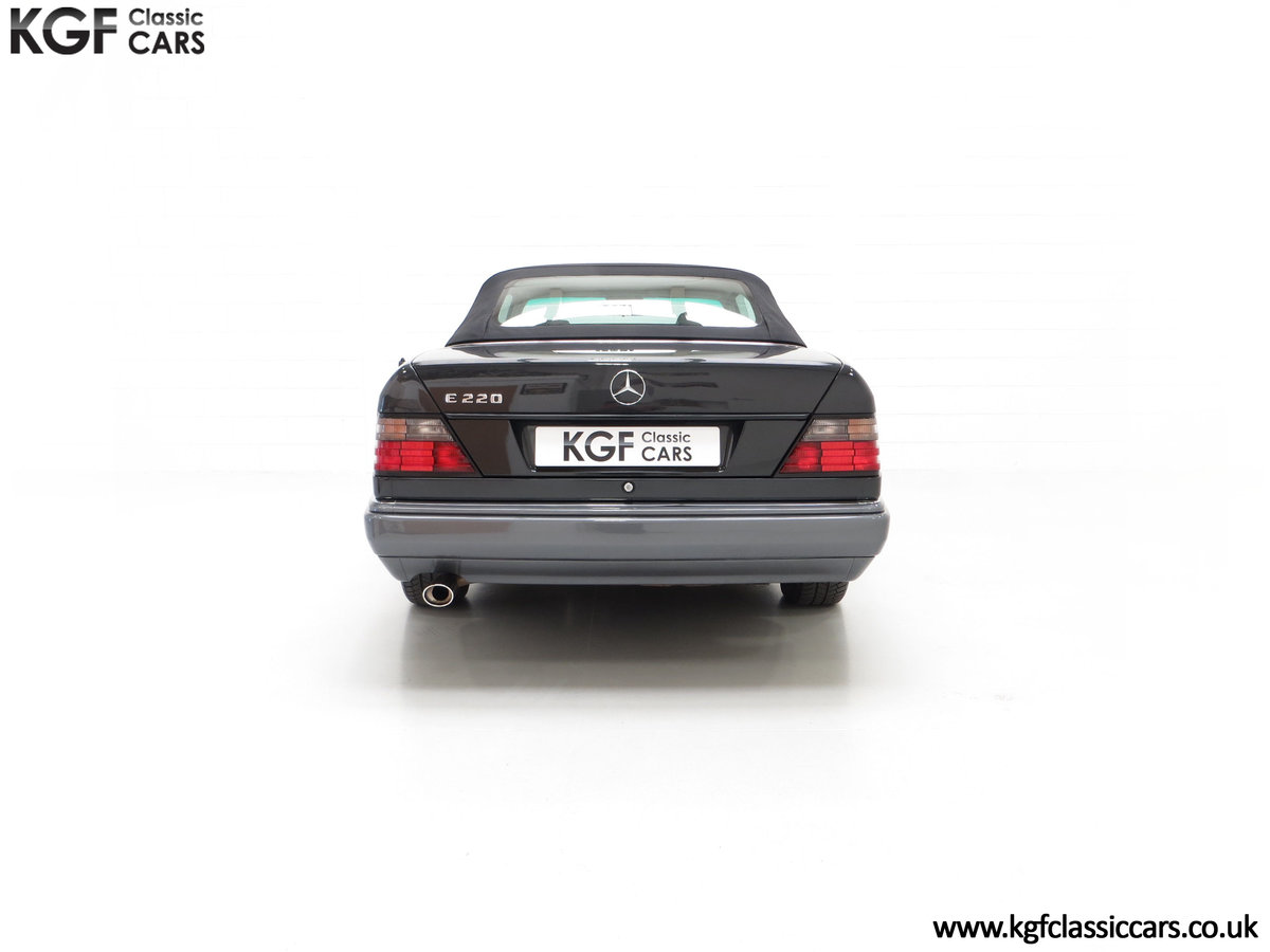 1994 An Exceptional Mercedes-Benz W124 E220 Cabriolet For Sale (picture 10 of 24)