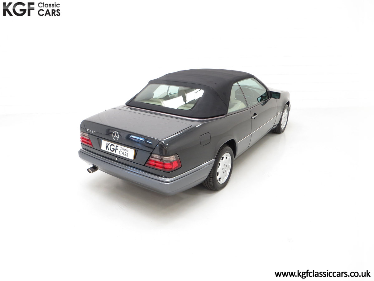 1994 An Exceptional Mercedes-Benz W124 E220 Cabriolet For Sale (picture 12 of 24)
