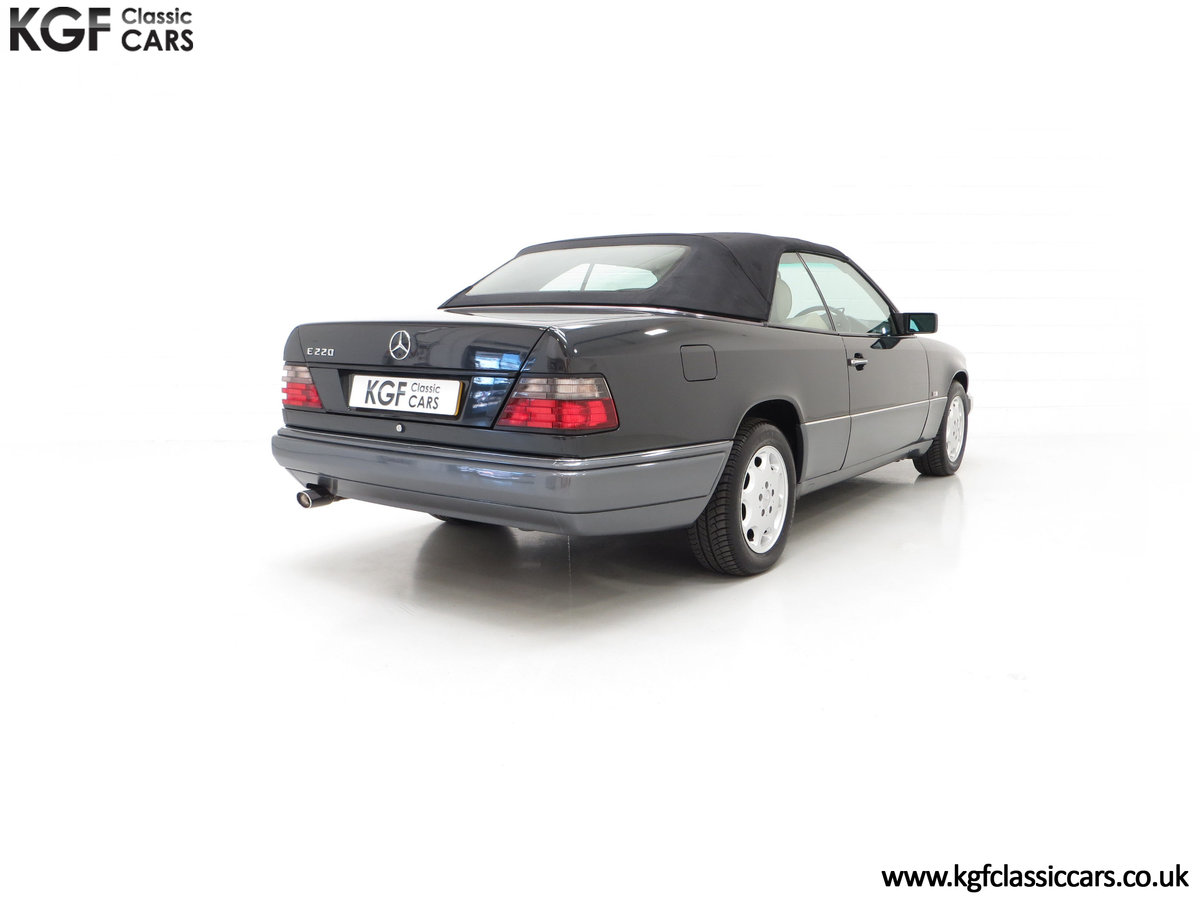 1994 An Exceptional Mercedes-Benz W124 E220 Cabriolet For Sale (picture 13 of 24)