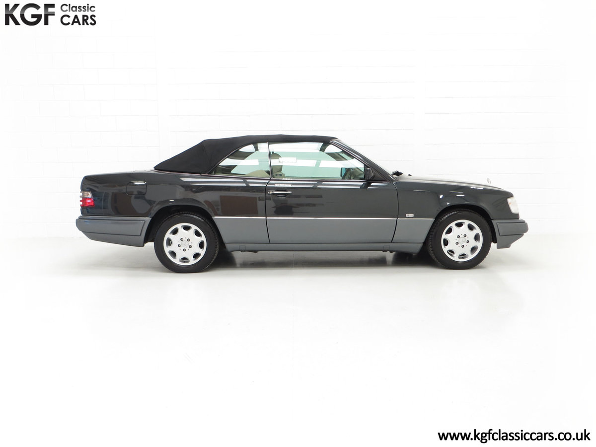 1994 An Exceptional Mercedes-Benz W124 E220 Cabriolet For Sale (picture 14 of 24)